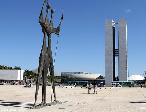 Praça dos 3 poderes em Brasília: a democracia brasileira à espera da reação do Congresso e do STF contra o Decreto n.º 8.243/2014