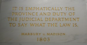 O mais famoso trecho de Marbury, insculpido na parede da Suprema Corte americana