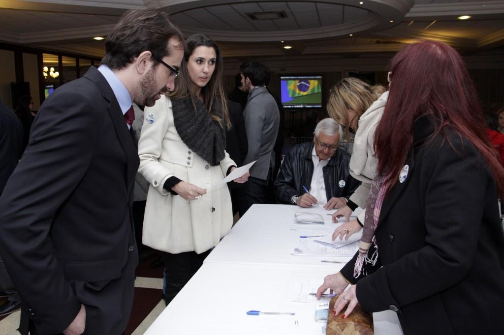 Presentes assinam os recibos que serão encaminhados à Justiça Eleitoral