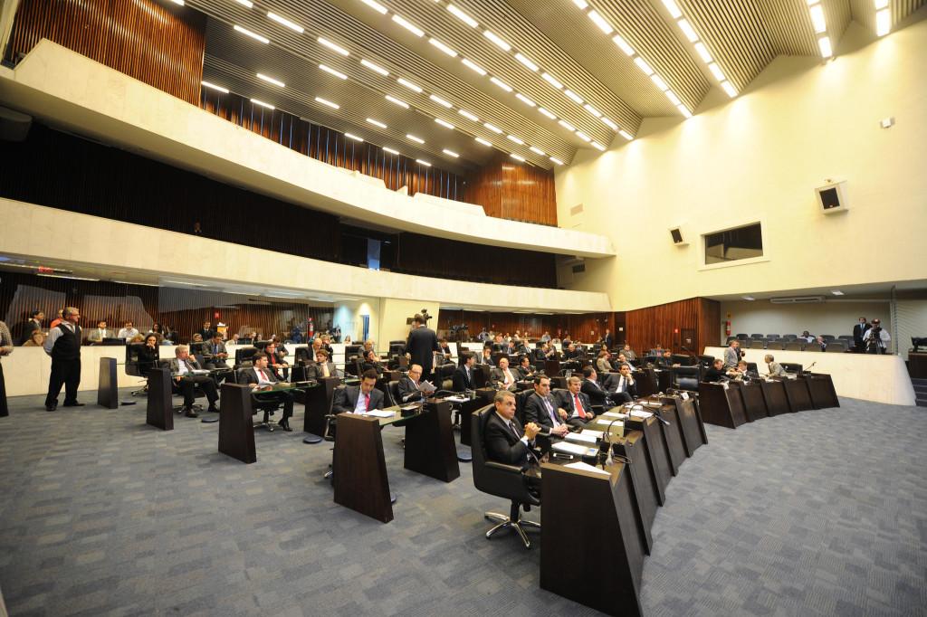 As duas grande bancadas da Assembleia Legislativa do Paraná: os meninos ricos mimados e os velhacos históricos (Foto: Pedro Ribeiro/ALEP)
